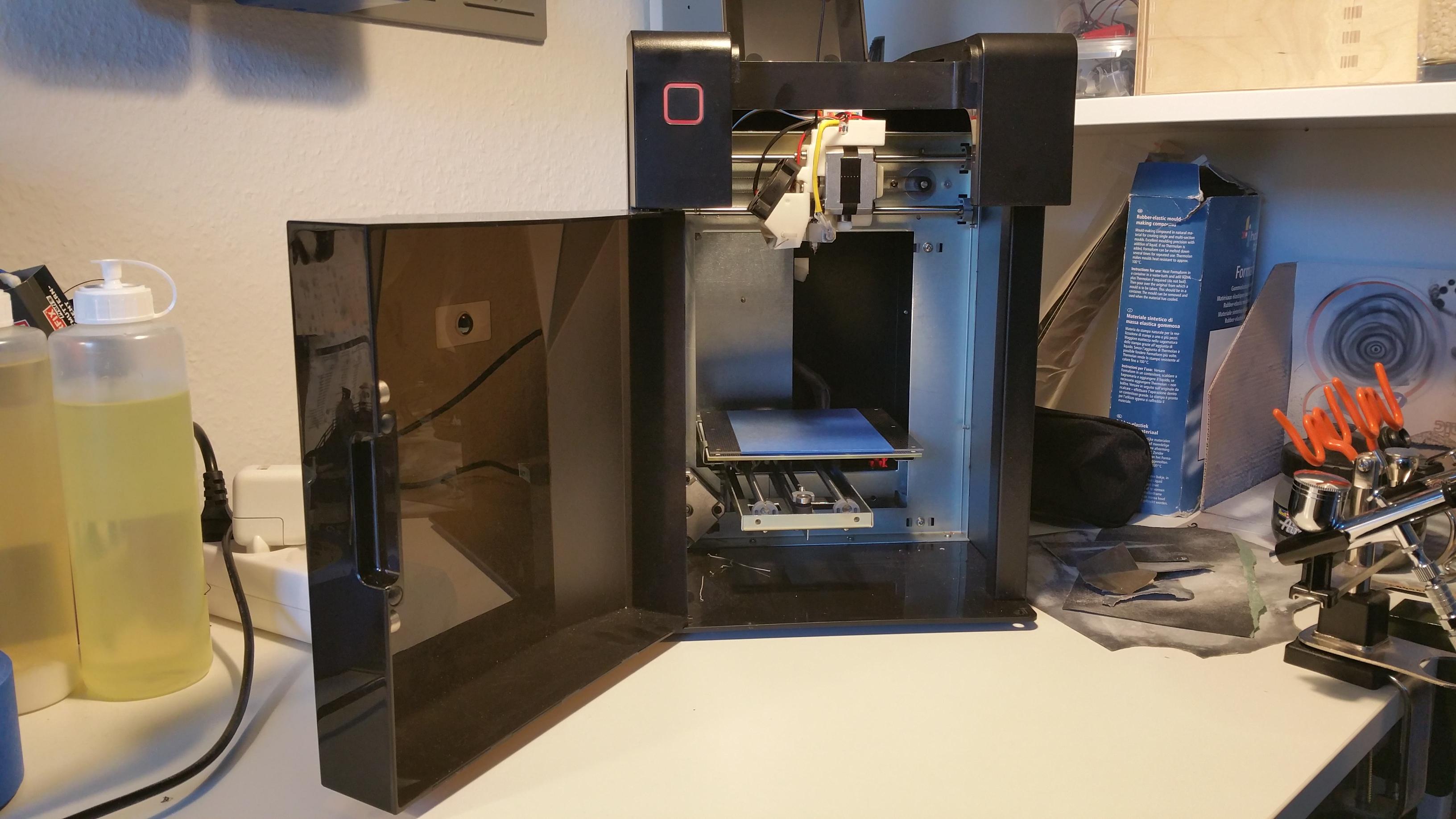 Eigentlich hängt die Filamentrolle auf der Rückseite des Druckers. Weil das aber gelegentlich hakt habe ich die Rolle am Regal befestigt, direkt über dem Drucker.